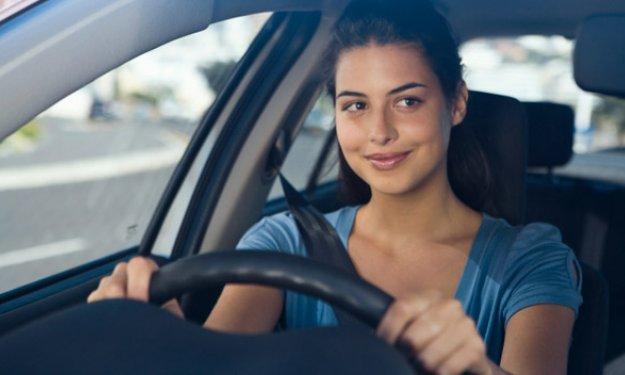 Resultado de imagen de chica conduciendo