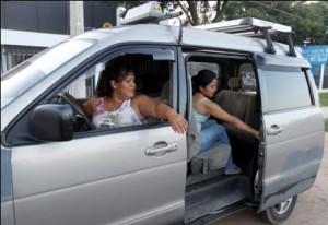 Mujeres conduciendo