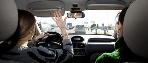 Conductores confiesan que se distraen cuando van acompañados