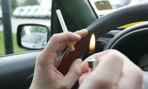 Los riesgos de fumar mientras conduces