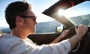 El uso de las gafas y el airbag del automóvil
